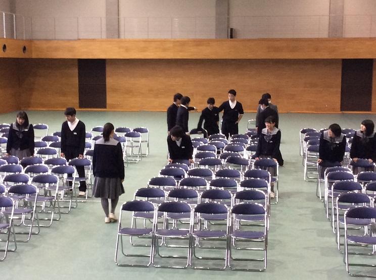 放課後に4年生が会場設営を行いました。